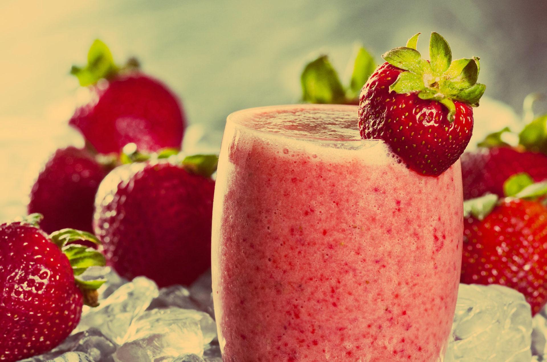 Fruchtiger Powerdrink aus Erdbeeren