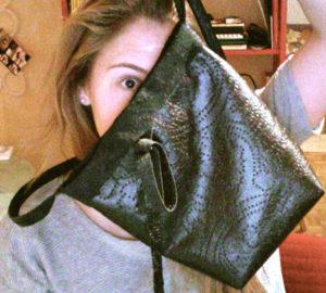 Schritte um Glück zu finden - Amina Steiner hinter Tasche