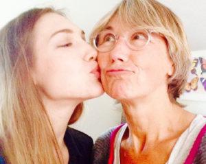 Schritte um Glück zu finden - Amina Steiner küsst Mutter