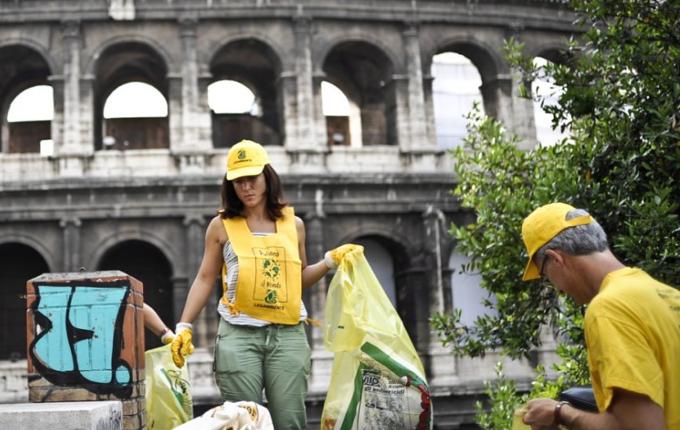 Bürger rufen zur Revolte mit dem Besen auf und Künstler entdecken die Borsten neu.
