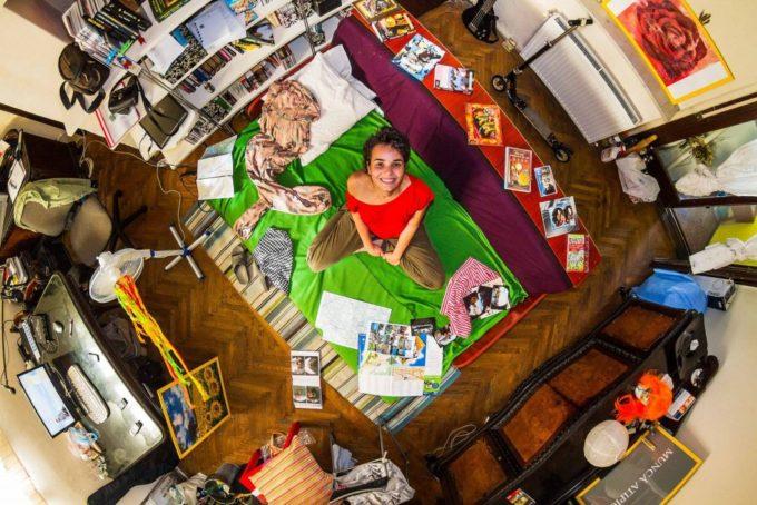Für sein Projekt fotografierte er in ihren privaten Schlafzimmern.