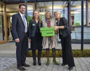 Jutta Speidel (2.v.re.) u. Christine Lindemann (re.) von Horizont e.V nehmen die Sachspende der memo AG von Uwe Johänntgen (li.) und Claudia Silber (2.v.li.) entgegen. Copyright: memo AG