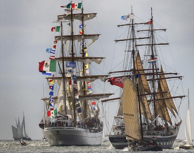 """Vor der Küste der Insel Texel lebt im Juni das """"Goldene Zeitalter"""" auf."""