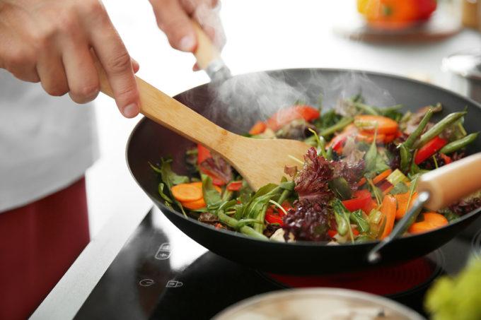 Kochen im Wok ist gesund. Doch es gibt einiges zu beachten.