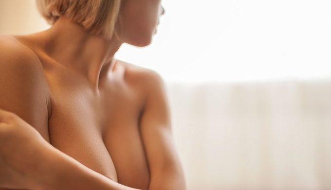 Brustmassage für Brustwachstum. Brust vergrößern durch Massage