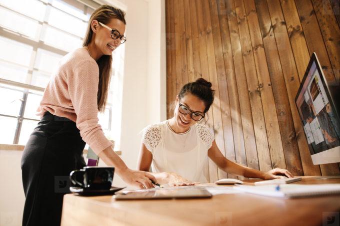 Wie Minimalismus in Wohnräumen und Schreibtischunterlageen mit Stil unser Leben verbessern