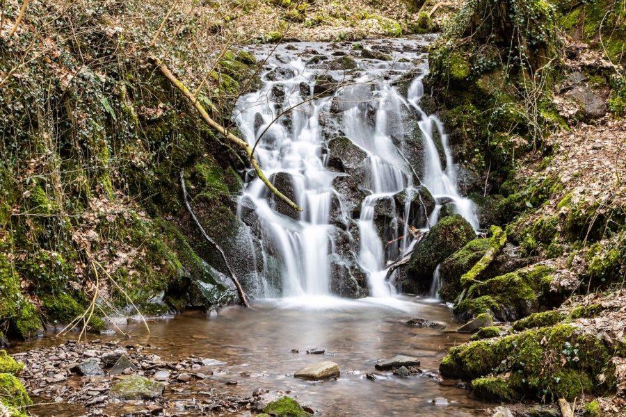 Wasserfall umgeben von Volkanstein