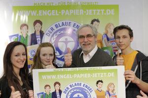 """Der Vorsitzende der Jury Umweltzeichen, Dr. Volker Teichert, startet auf der Didacta in Köln mit Jugendlichen die Kampagne """"Engel-Papier. Jetzt!""""."""