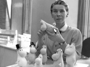 Tove Jansson, mit Mumin-Figuren im Jahr 1956
